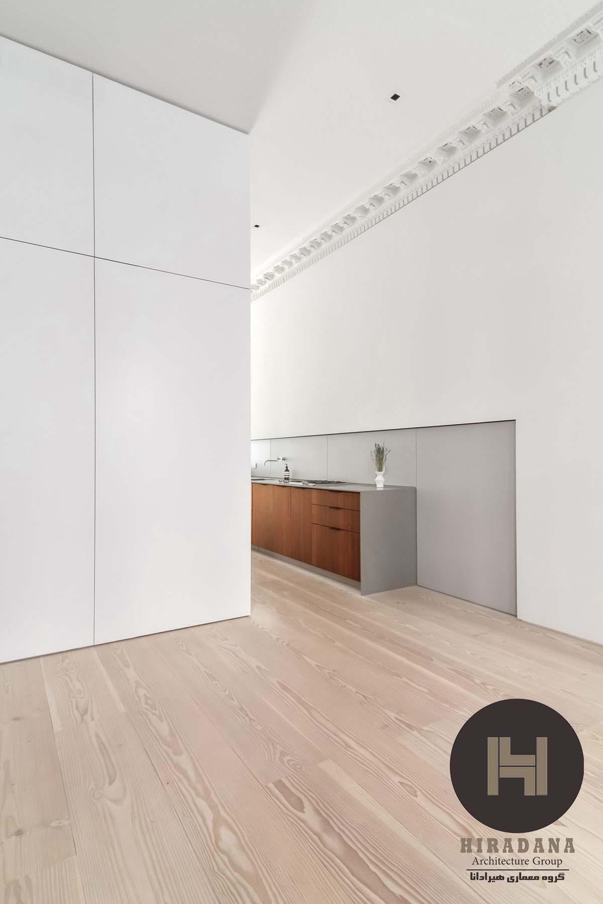 طراحی داخلی خانه به سبک مینیمالیستی با رنگ سفید و چوب